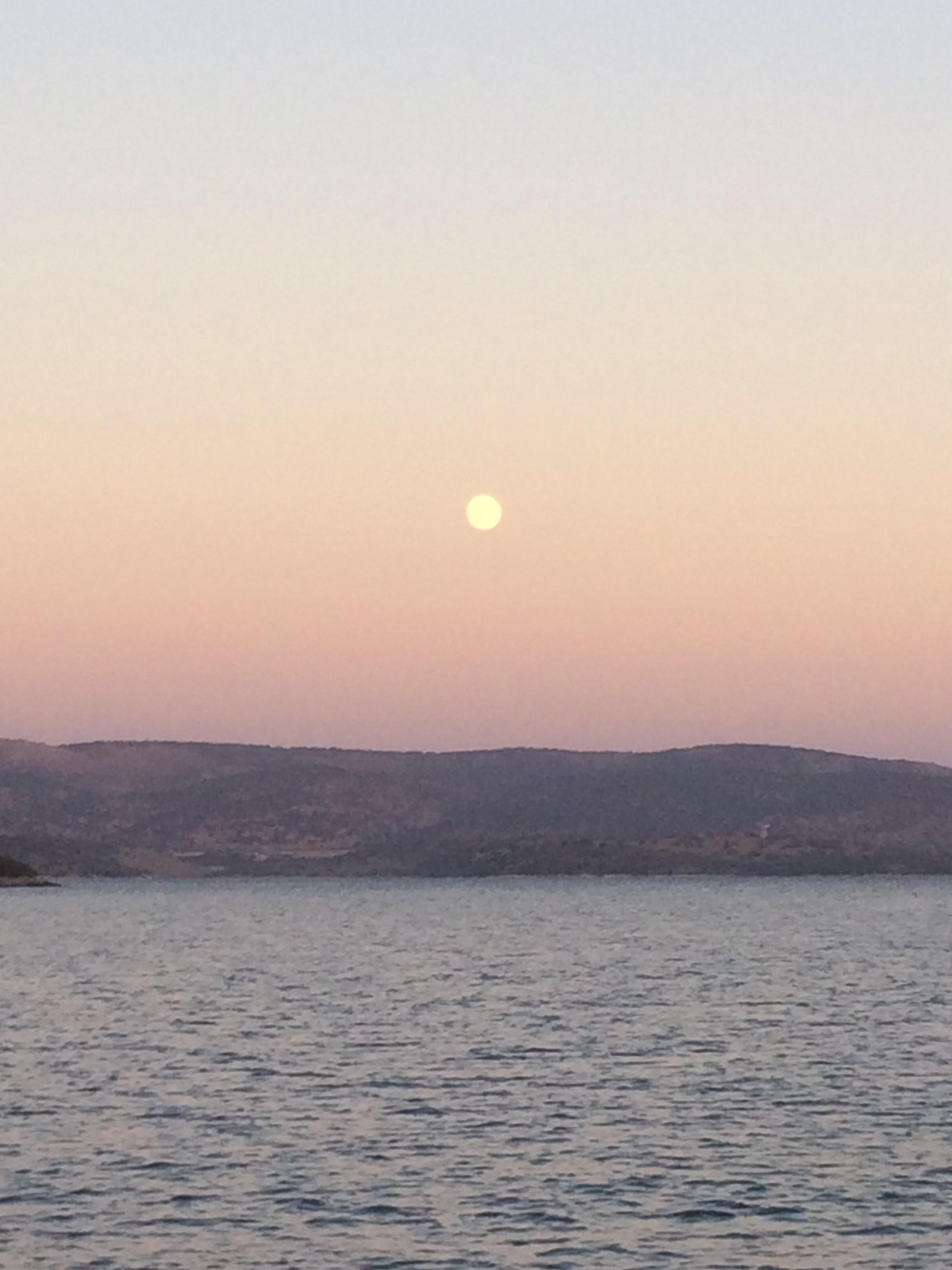De maan bijna vol en vol